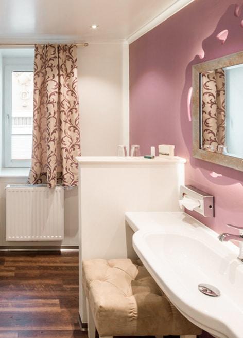 Badezimmer im Genießerzimmer Barock Hotel Restaurant zur Post Melk