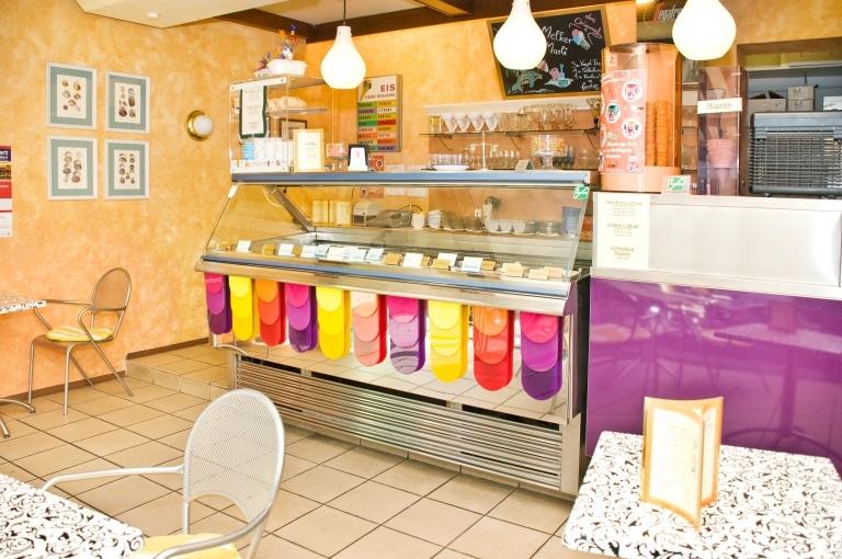 Vitrine Eissalon Hotel zur Post Melk