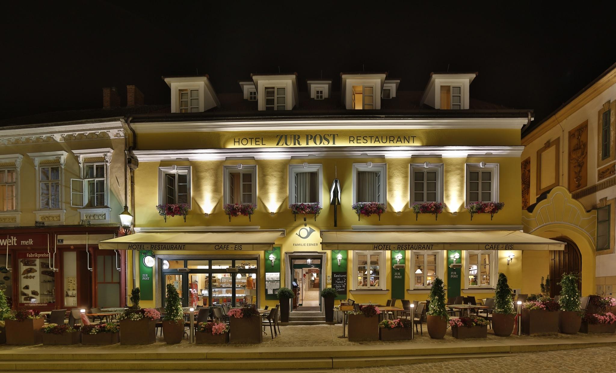 Fasade Hotel Restaurant zur Post bei Nacht