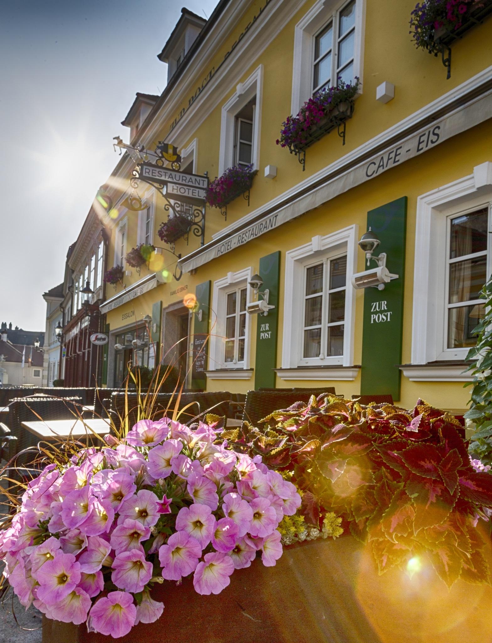 Fasade Hotel Restaurant zur Post mit Blumen