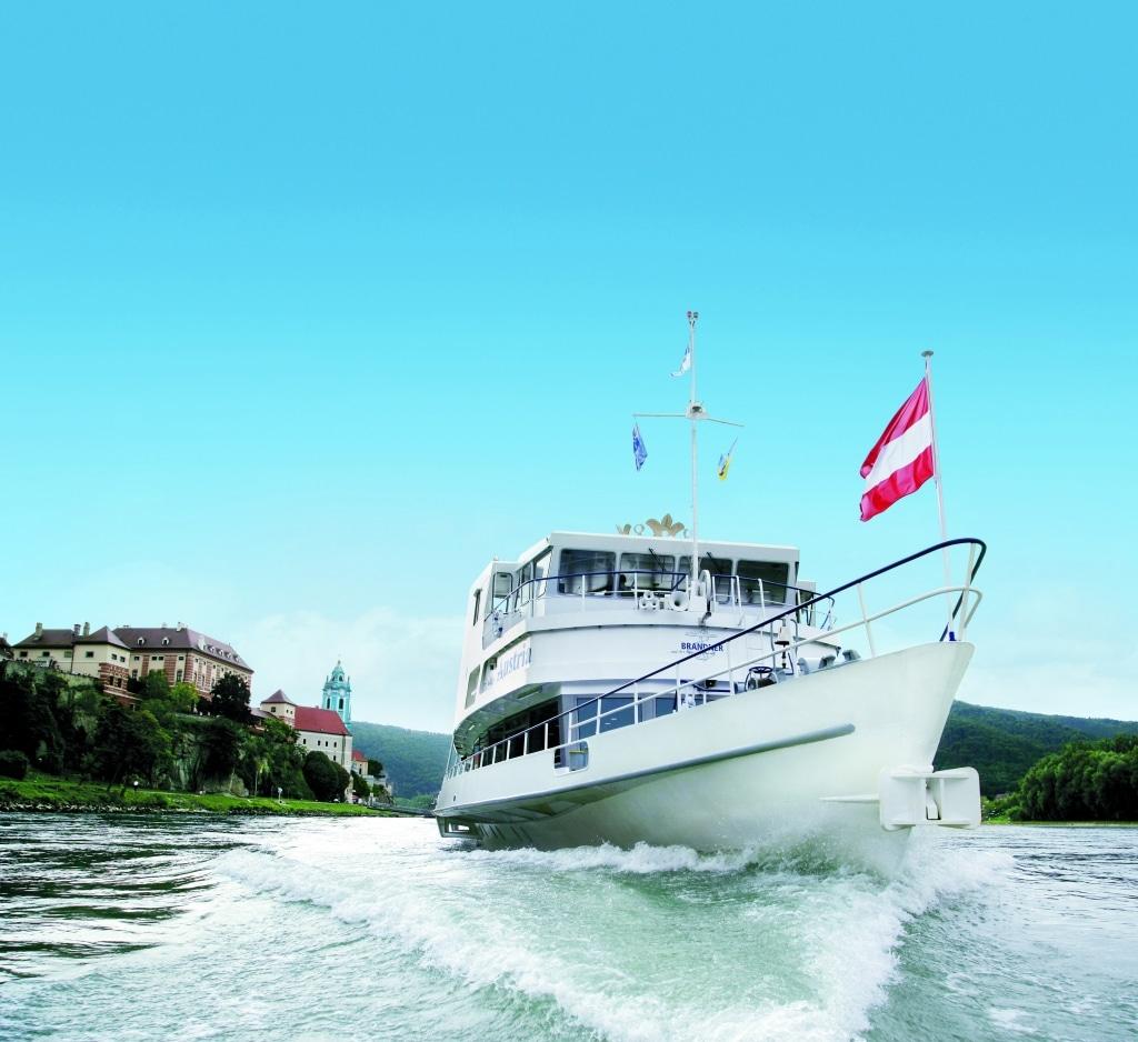 Schiffahrt in der Wachau mit BRANDNER, Dürnstein im Hintergrund